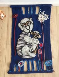 Handgemaakte vintage wandkleed met apen. Blauwe retro wand decoratie