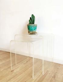 Set van 2 doorzichtige vintage tafeltjes. Retro design bijzettafeltjes.