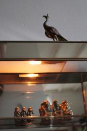 Vintage vitrinekastje van messing en glas. Gouden kastje met verlichting