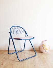 Blauw metalen vintage klapstoel. Retro design stoeltje met kussen