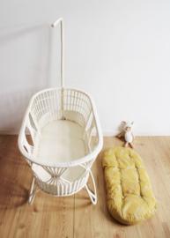 Witte rotan vintage wieg, Rohe? Boho baby bed met piekstok en bekleding.
