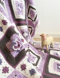 Paarse gehaakte vintage sprei. Handgemaakte retro deken