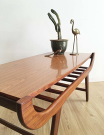 Houten vintage salontafel met Scandinavisch tintje. Retro design tafel/coffee table