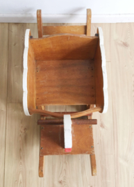 Houten vintage hobbel zwaan. Wit retro schommel dier