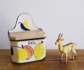 Frans vintage zoutbakje. Aardewerk retro bakje met houten deksel. Sel