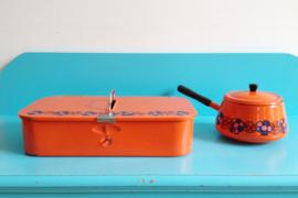 Blitse brabantia poets doos en fonduepan, decor Diana. Oranje retro kist en pannetje met bloemen