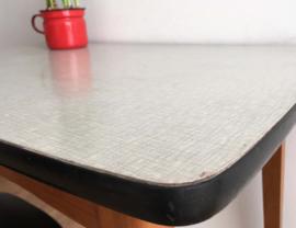 Houten vintage tafel met formica blad. Retro eettafel met lade.