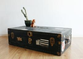 Grote zwarte vintage hutkoffer.  Antieke/brocante houten kist/koffer