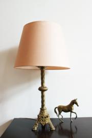 Roze vintage lamp op goudkleurige voet. Kitsch tafellamp, messing?