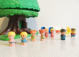 Vintage speelboom met Tree Tots family. Retro TreeHouse met poppetjes