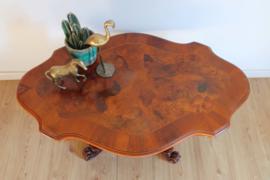 Prachtige antieke houten salontafel. Vintage tafel met houtsnijwerk.