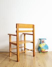 Houten retro schoolstoeltje. Vintage kleuter stoel latjes