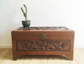Grote Chinese kamfer (?) kist met handgesneden houtsnijwerk. Houten vintage dekenkist.
