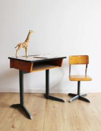 Cool vintage bureau met schoolstoel. Industriële lessenaar met retro stoel