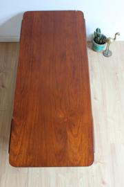 Houten vintage salontafel met omkeerbaar blad. Retro design tafel