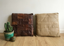 2 grijze vintage patchwork kussens. Set lederen (?) retro kussen.