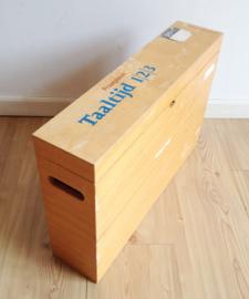 Houten vintage koffer met maar liefst 24 kletsplaten. Retro lesmateriaal voor op school