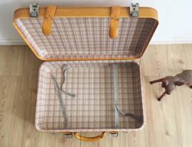 Toffe oker-oranje-gelige retro koffer. Blits vintage valies.