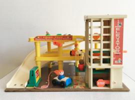 Vintage Fisher-Price garage met auto's en poppetjes. Origineel retro speelgoed.