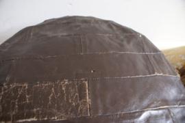 Stoere retro kruk met leer bekleed. Industriële vintage patchwork poef.