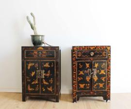 Set Chinese vintage nachtkastjes. 2 kleine houten Oosterse kastjes