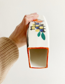 Vintage vaas met kleurrijk patroon. Aardewerk retro vaasje.