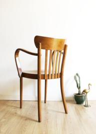 Houten vintage cafe stoel met armleuning. Houten retro stoeltje in Thonet stijl