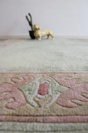 Handgemaakt Oosters kleed in pastel tinten. Mint groen vintage Boho tapijt uit Nepal