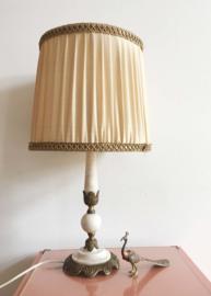 Vintage lamp op albast/marmeren voet. Kitsch tafellamp met geplooide kap