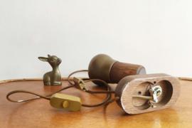 Bruin vintage spotje, hout/messing? Retro lampje voor aan de wand.