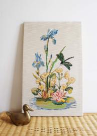 Handgemaakt vintage bloemstilleven.  Geborduurd 'schilderij' met libelle