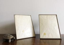 Set van 2 vintage fotolijsten met bol glas. Zilveren lijstjes.