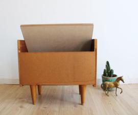 Vintage nachtkastje met spiegel. Houten retro kastje uit de jaren 50/60.