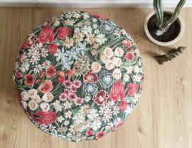 Vintage poef met botanisch motief. Groot Bohemian kussen met bloemen
