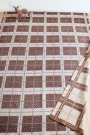 Bruine wollen vintage deken. Grote geruiten retro sprei/plaid