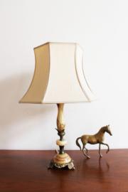 Vintage lamp op marmer-look voet met gouden details. Kitsch tafellamp.