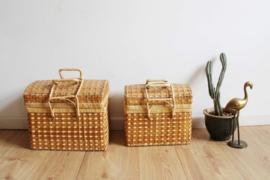 Set rieten vintage koffertjes met bol deksel. 2 rotan mandjes met hengels.