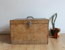 Stoere houten vintage kist. Oude gereedschapskist met industrieel tintje.