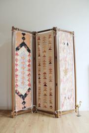 Houten vintage kamerscherm met gequilte stof. Kleurrijke Boho roomdivider