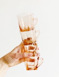 Set kleine roze glazen kopjes. 4 vintage glaasjes met oor / koffiekopjes