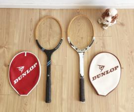 Set houten retro tennisrackets in hoes. Vintage Dunlop rackets