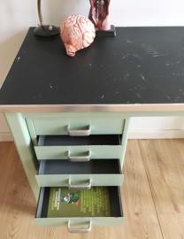 Mintgroen vintage bureau met schoolstoel, Gispen? Industrieel retro bureautje