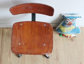Vintage schoolstoeltje. Industriële retro stoel, zithoogte 33 cm