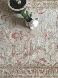 Handgemaakte vintage loper met bloemen. Lang Oosters tapijt