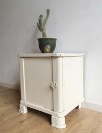 Wit vintage nachtkastje. Kleine antieke houten kast