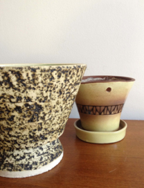 Set van 2 retro bloempotten. Aardewerk vintage potten.