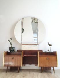 Vintage kaptafel met ronde spiegel. Houten retro kast met 3-luik spiegel
