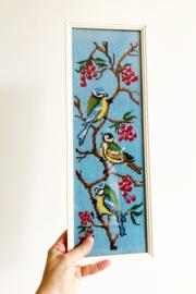 Vintage borduurwerk met vogels. Geborduurd 'schilderij', koolmeesjes