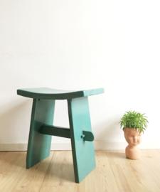 Blauw houten vintage bankje. Retro kruk/voetenbankje