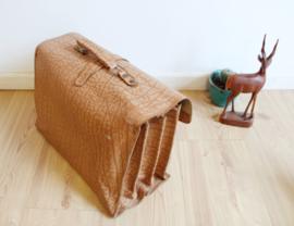 Lederen vintage schooltas. Bruine retro boekentas / aktetas van leer.